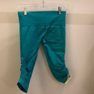 lululemon athletica Pants - Lululemon Aqua ebb& flow crops sz 6 70573